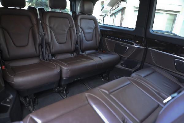 L'intérieur de notre Van Mercedes luxury-s7 en mode salon .